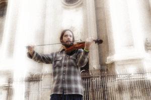 Violinista ante la Catedral.