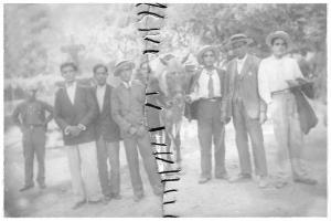 José Jiménez de Toro con varios amigos (y un caballo) en el paseo de los Tristes, el domingo 10 de agosto de 1930.