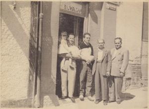 Manuel Valor Cara, en el bar El Volcán de la Cuesta de los Molinos, junto a otros parroquianos en la década de los sesenta del siglo XX.
