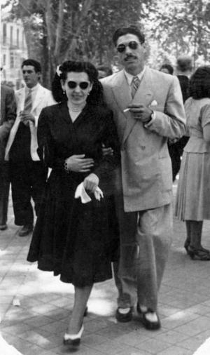 Pareja de enamorados caminando por la antigua Carrera del Genil el 19/06/1949.