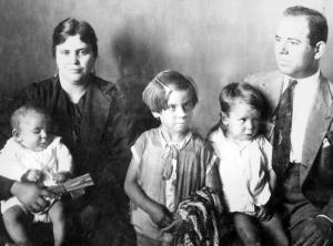 El patriarca, Plácido García Coca y su esposa,  Antonia López Romero, sobre 1928, junto a, de izquierda a derecha, sus hijos Luis, Angelitas y Antonio García López.