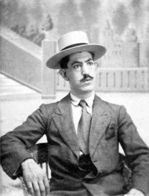 Salvador Labrac, en una imagen en torno a 1920, año en el que contrajo matrimonio con Encarnación López Valverde.