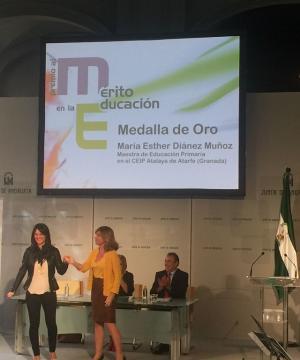 Esther Diánez recibe el premio de manos de la viceconsejera Elena Marín.