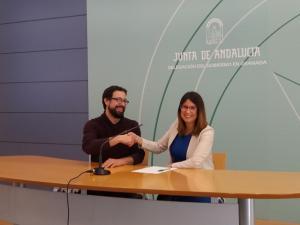 La coordinadora del IAJ, junto al director de la La Expositiva, sala que ofrece estos descuentos.