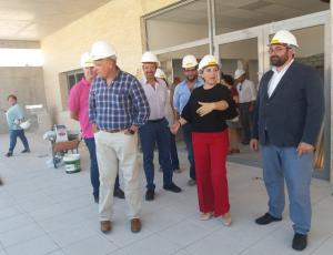 Autoridades de Junta y Ayuntamiento supervisan las obras.