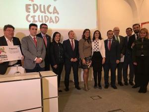 Foto de familia de los municipios premiados por sus prácticas educativas.