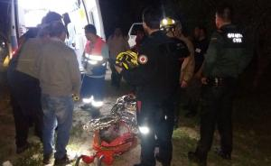 El hombre tras ser rescatado, en la camilla.