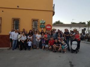 El equipo de gobierno, junto a vecinas y vecinos del pueblo, en el emotivo acto.