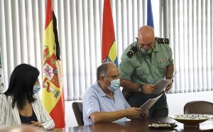 El alcalde examina un informe facilitado por la Guardia Civil.