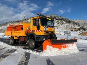 Un vehículo limpia de nieve una carretera de la Alpujarra.
