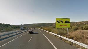 Cartel de aviso de peligro por alcances en el punto kilométrico donde ha ocurrido el accidente.