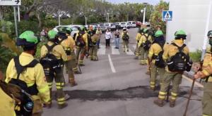 Los bomberos, recibidos entre aplausos, por la consejera y otros responsables en el centro de mando.