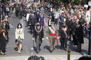 La comitiva se dirige al monumento de Isabel La Católica y Colón.