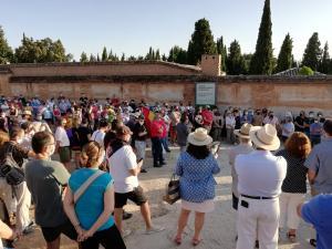 Homenaje a las víctimas del franquismo junto a las tapias del cementerio de Granada.