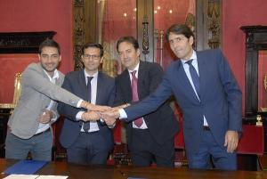 El alcalde y el edil de Deportes con los representantes del Granada CF.