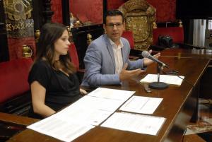 El alcalde y la concejala de Derechos Sociales.