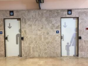 Servicios, con sus señalizaciones, en el Aeropuerto de Granada.