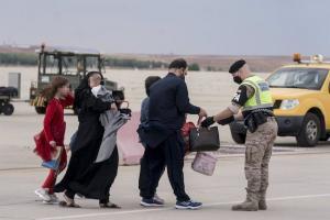 Varios refugiados tras la llegada de un nuevo avión con 260 personas procedentes de Afganistán, en la base aérea de Torrejón de Ardoz, a 23 de agosto de 2021, en Madrid.