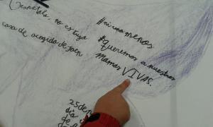 """""""Queremos a nuestras mamás vivas"""", escrito con el corazón de un niña."""