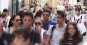 Jóvenes pasean por la calle mesones.