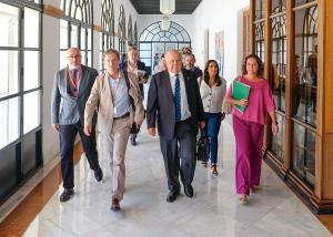 El consejero de Salud y Familias con miembros de su gabinete y parlamentarios.