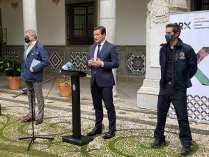 El alcalde, flanqueado por César Díaz y Sergio Iglesias, responsable del plan sísmico.