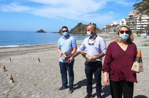 Alcaldesa y concejales de Almuñécar muestran los conos que se repartirán en las playas.