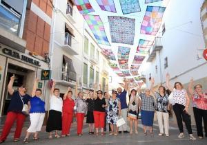 Vecinas de Alhama señalan los toldos que han hecho con ganchillo y crochet.