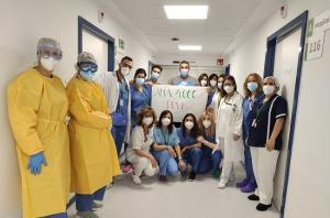 Equipo sanitario del hospital junto al paciente 4.000 al recibir el alta.