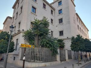 Antiguo edificio de la Caja de Ahorros, invadido por la vegetación.