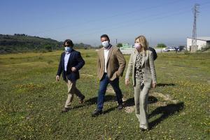 Pepa Rubia, durante la visita a la zona con el delegado de Desarrollo Sostenible y técnicos municipales.