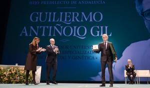El doctor Guillermo Antiñolo al recoger el título de Hijo Predilecto de Andalucía.