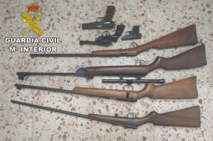 Armas requisadas al detenido, de las que no tenía documentación ni licencia.