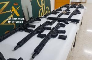 Armas requisadas en la operación.