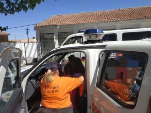 Una de las voluntarias de Protección Civil, en plena actividad.
