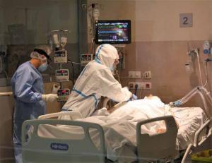 Atención a paciente en la UCI del San Cecilio.