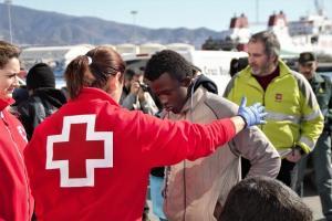 Una voluntaria de Cruz Roja atiende a una de las personas rescatadas este jueves.