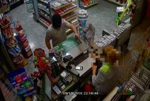 Imagen de uno de los atracos, con el delincuente apuntando con la pistola.