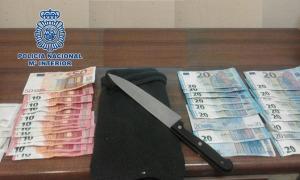 Cuchillo y dinero intervenido por los agentes.
