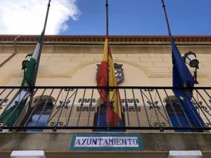Banderas a media asta por las víctimas del coronavirus en el Ayuntamiento de Puebla de Don Fadrique.