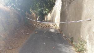 Imagen del corte de la calle producido por el derrumbe de un muro.