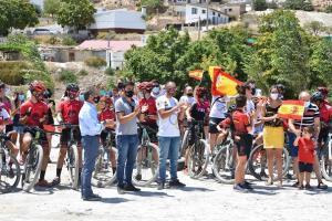 Jóvenes ciclistas de la escuela y sus familiares, además de responsables municipales y la mujer y el hijo de David Valero, Sandra y Marco, se han dado cita en el Circuito Municipal BTT Montaña 'David Valero' para celebrar su victoria.