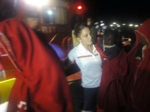 Una voluntaria de Cruz Roja con uno de los bebés rescatados.