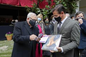 El alcalde, con el arzobispo de Granada, este martes.