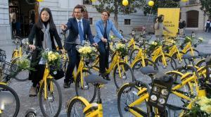 Los jóvenes, con sus bicis, recibidos en el patio del Ayuntamiento.