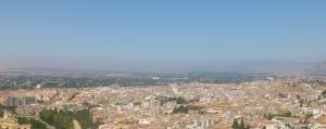Boina de contaminación sobre Granada y la Vega, este domingo.