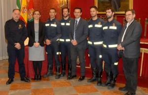 Los cuatro nuevos bomberos, junto a responsables municipales.