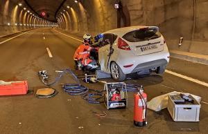 Bomberos, durante la excarcelación de la ocupante del coche.