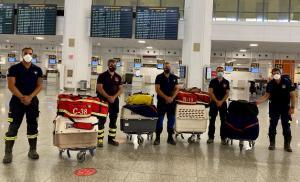 David Cabrera, segundo por la derecha, en el aeropuerto de Málaga, a punto de salir para Beirut.