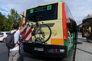 Los portabicis tienen capacidad para tres bicicletas.